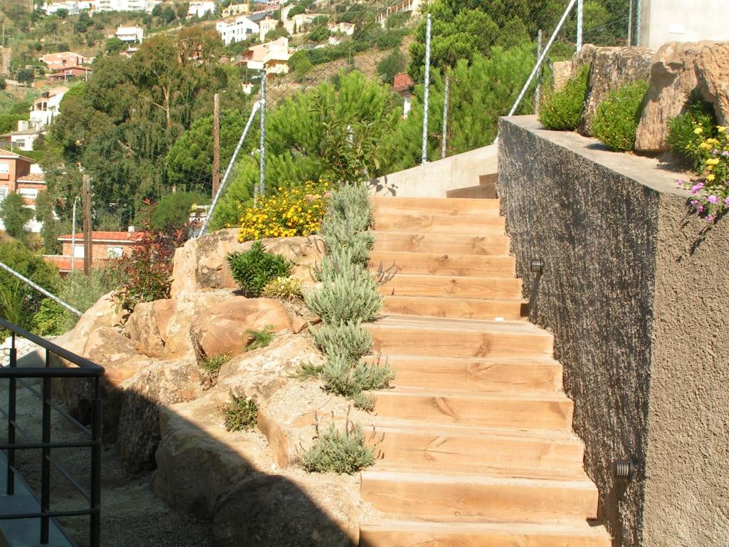 Escalera de madera en el jardín
