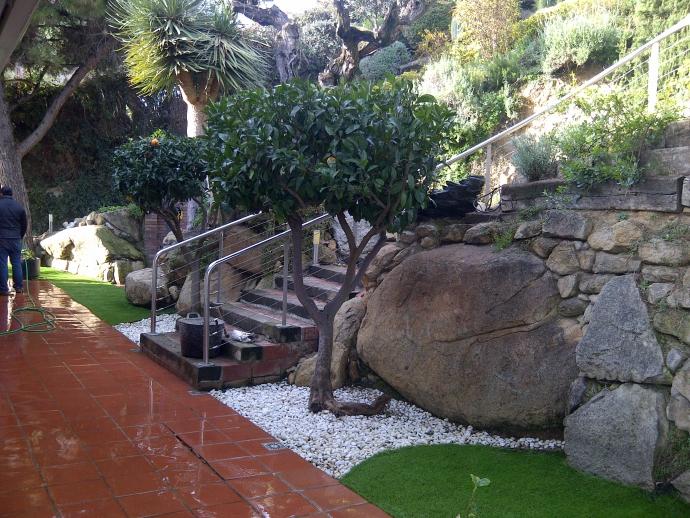 Renovaci n de jardines con c sped artificial jordi pujol jardin - Casa jardin badalona ...